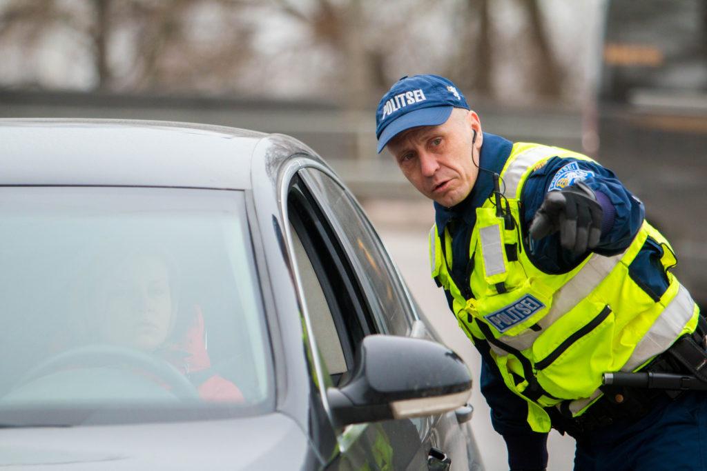 Kui palju on trahv mobiili kasutamise eest roolis Eestis ja teistes riikides?