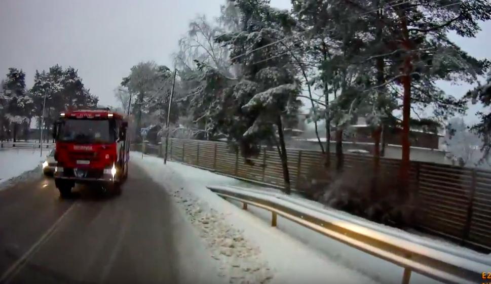 0c24e8e1b8e Vilkuriteta tuletõrjeauto tegi kitsal tänaval üliohtliku manöövri ...
