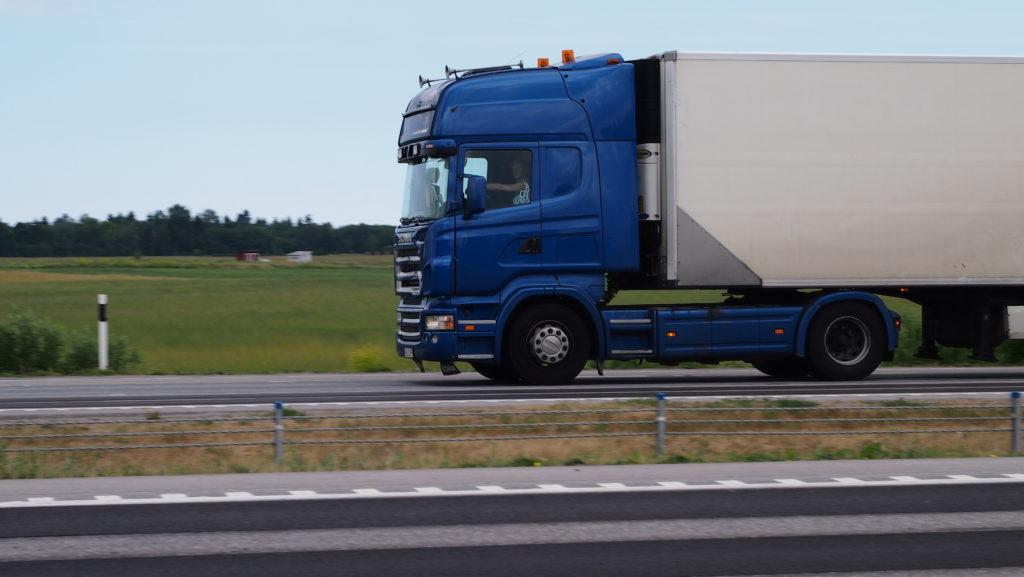 Piltuudis: kaks veoautohaagist kõrvuti ja mõlemal sama number – kas nii on võimalik?