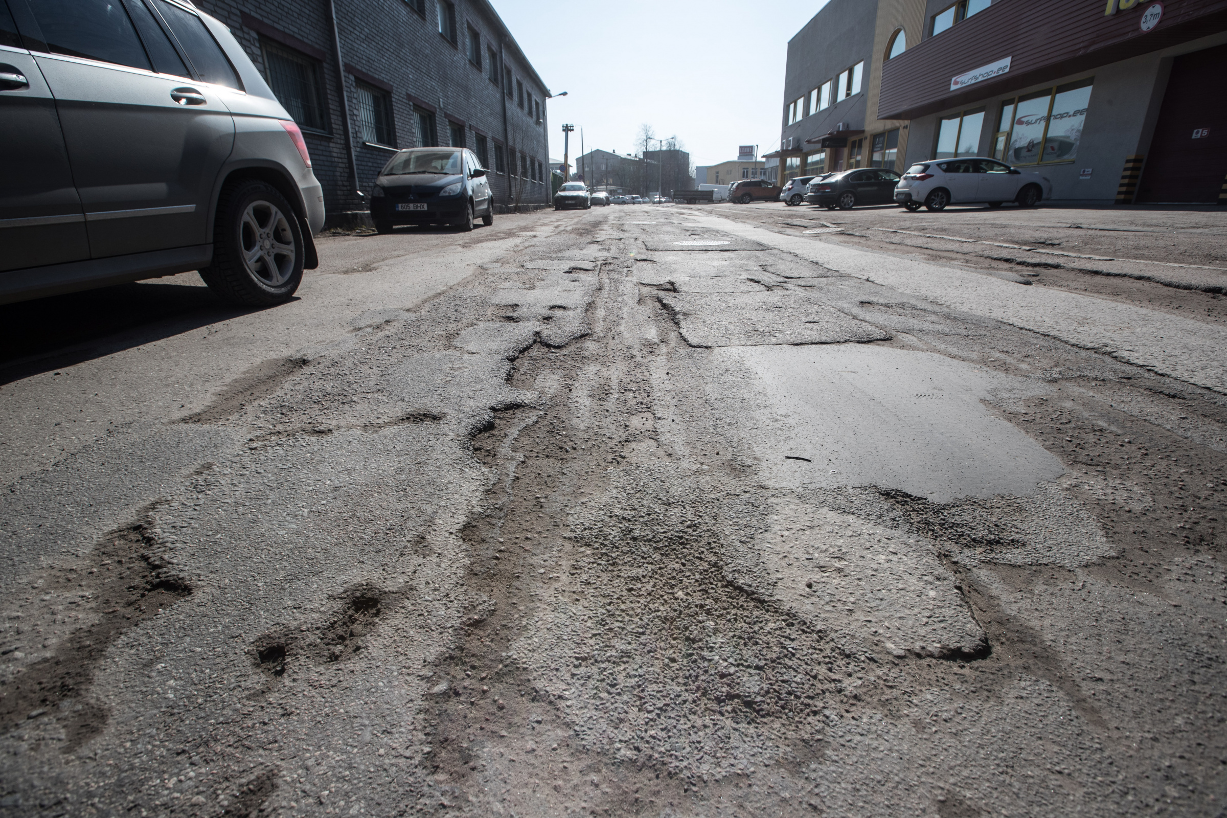 Kevad on teedel paljastanud ohtlikud löökaugud: mida teha, kui mõni neist su auto ära lõhub?
