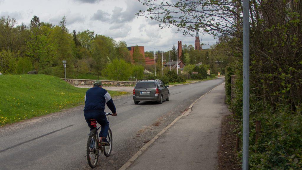 Jalgratturiga pikivahe hoidmiseks katsetatakse nüüd uut liiklusmärki