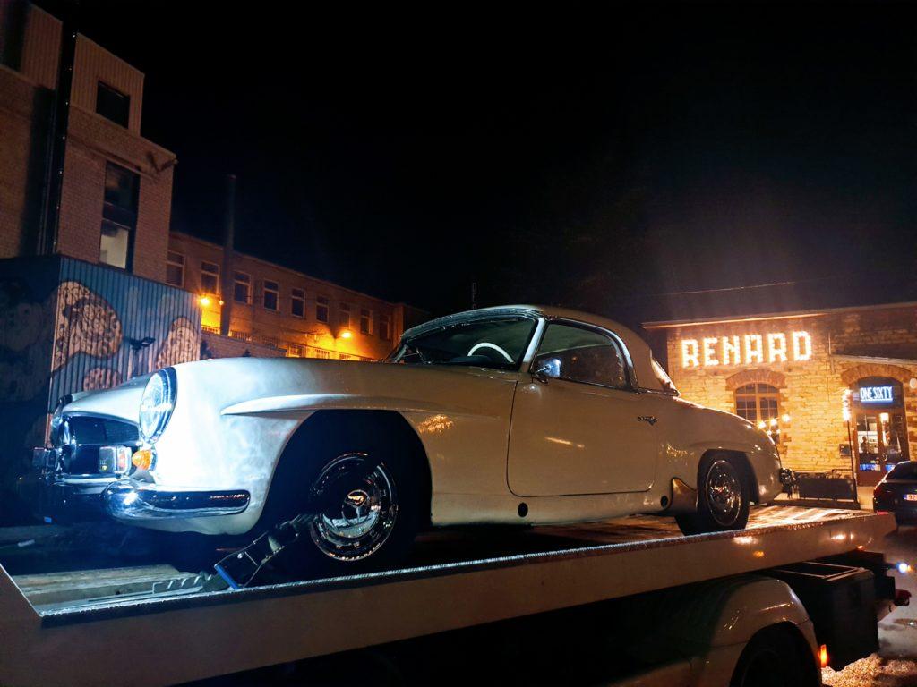 Eestisse saabus stiilne Mercedes-Benz 190 SL, mille üleandmine omanikule oli eraldi sündmus